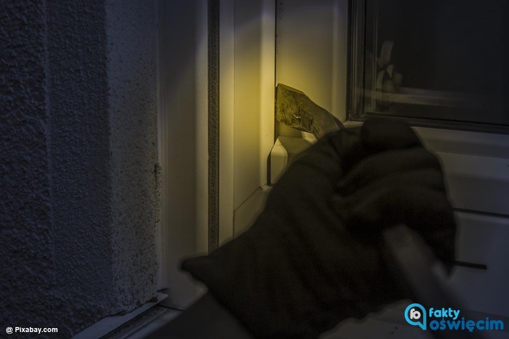 Do czterech włamań i dwóch usiłowań włamania doszło w gminie Oświęcim. Policjanci szukają włamywaczy, których łupem padły pieniądze i biżuteria.
