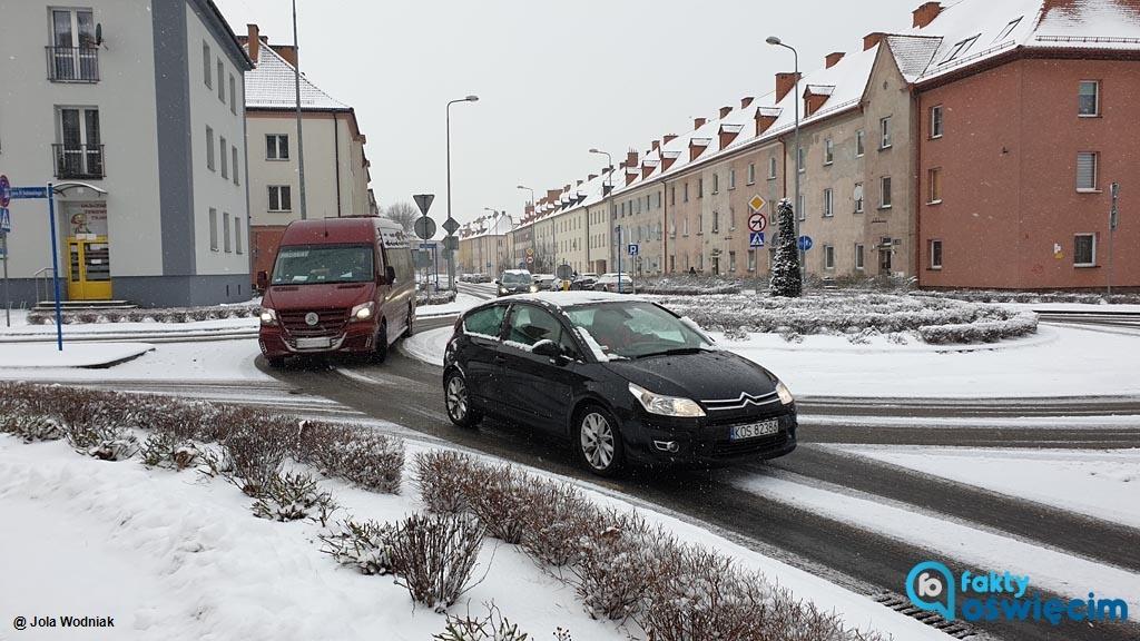 Od kilku godzin w powiecie oświęcimskim obserwujemy intensywne opady śniegu. Na ulicach i chodnikach jest ślisko. Policjanci apelują: Noga z gazu!