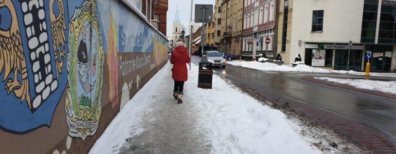 Mieszkańcy narzekają na śnieg na chodnikach – FOTO