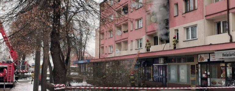 Ponad 20 strażaków gasiło pożar mieszkania – FOTO