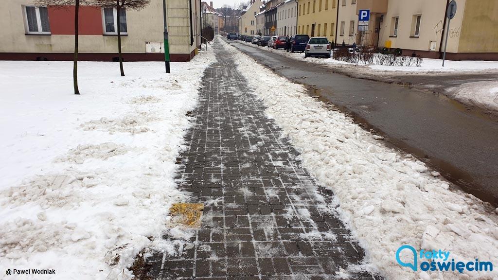 Mieszkańcy Oświęcimia do dzisiaj odczuwają skutki opadów marznącego deszczu sprzed 10 dni. Wówczas na chodnikach powstała lodowa skorupa.