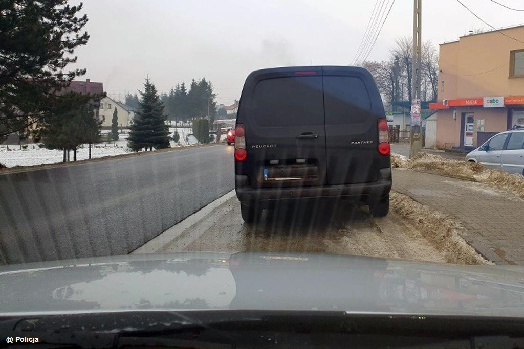Dzięki obywatelskim zatrzymaniom dwoje pijanych kierowców wstanie przed sądem. Przez wykroczenia drogowe wpadła kolejna dwójka, kierująca bez uprawnień.