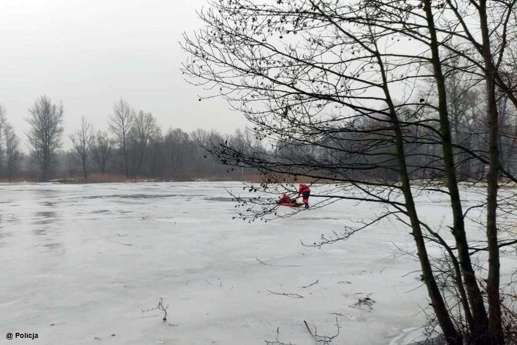 45-letni mężczyzna podczas spaceru z córką i psem wszedł na taflę zamarzniętego stawu. Wpadł pod lód. Strażacy uratowali mu życie.