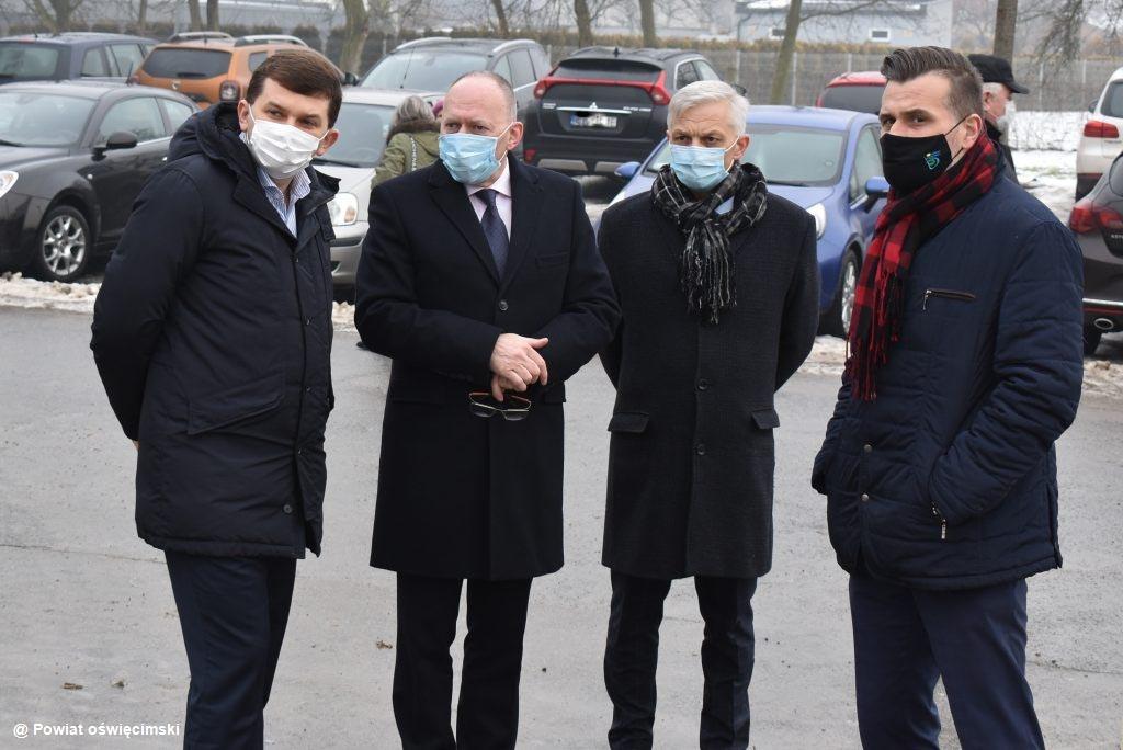 Wojewoda małopolski wraz posłami Prawa i Sprawiedliwości odwiedził Szpital Powiatowy w Oświęcimiu, który otrzymał rządową dotację na instalację tlenową.
