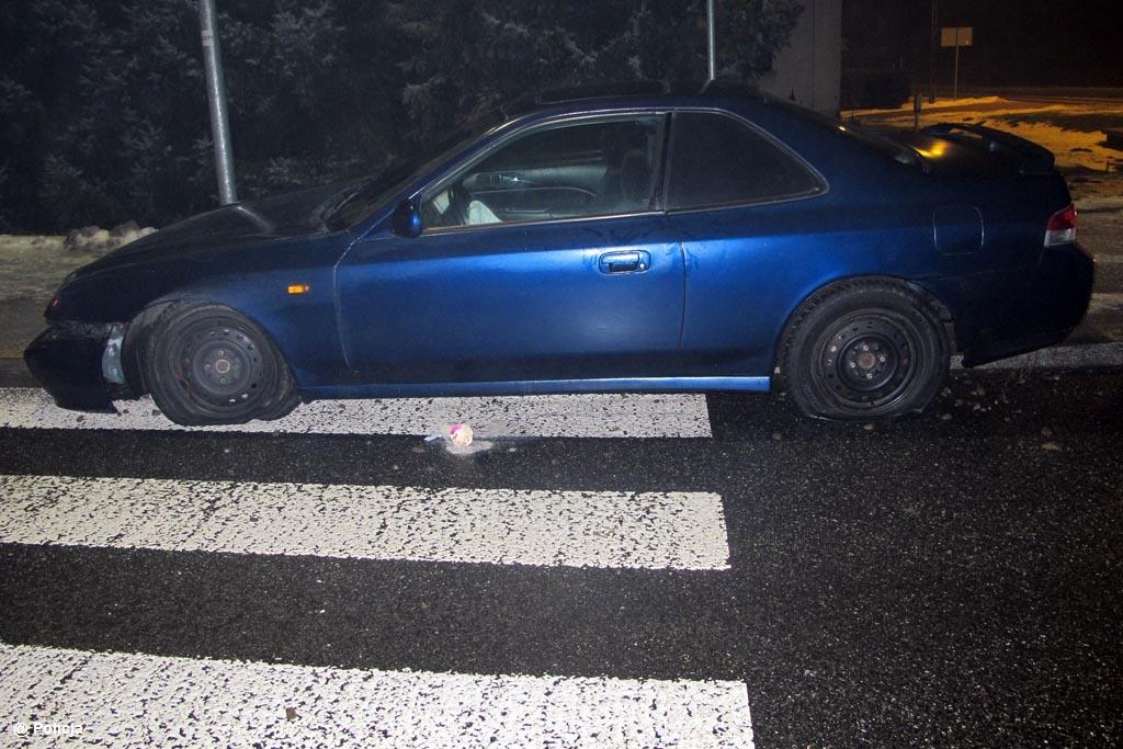 Nastoletni kierowca stracił panowanie nad samochodem tuż przed rondem i wjechał na wysepkę. Kolejny po pijanemu zjechał z jezdni i wpadł na chodnik.