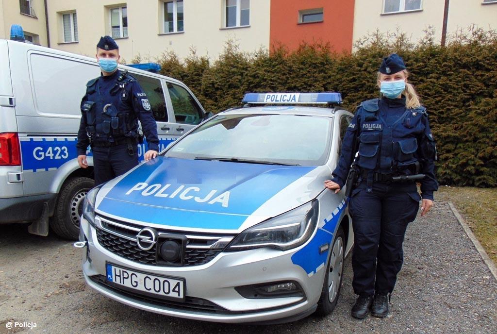 Policjanci patrolujący osiedle Chemików w Oświęcimiu zobaczyli, jak starszy mężczyzna spada ze schodów. Natychmiast ruszyli z pomocą.