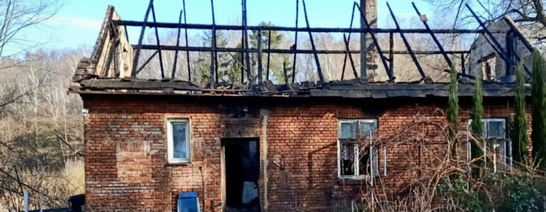 Pożar domu w Grojcu. Nie żyje 80-latek – FOTO