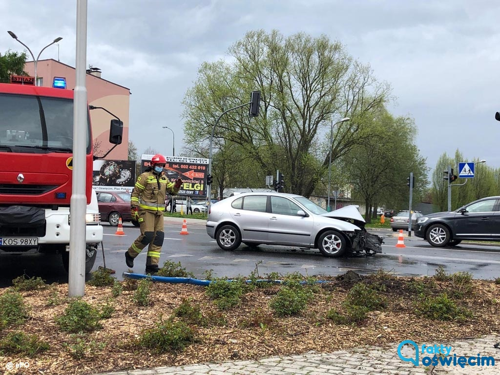 Dzisiaj o godzinie 15 na skrzyżowaniu ulic Dąbrowskiego i Słowackiego w Oświęcimiu doszło do poważnie wyglądającego zdarzenia drogowego.