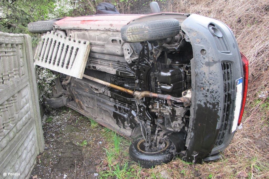 48-letni kierowca wypadł z drogi, spadł ze skarpy i dachował. Kierowca pół godziny po zdarzeniu był pijany. Nie chciał jednak poddać się badaniu.