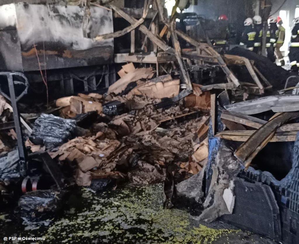 Dzisiaj przed południem w hali zakładu przetwarzającego tworzyw sztuczne wybuchł pożar. Z ogniem walczyło osiem zastępów strażackich.