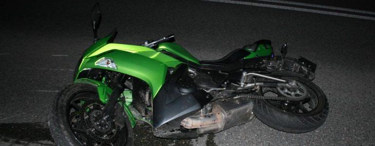 Motocykl uderzył w płot. Kierowca poważnie ranny – FOTO