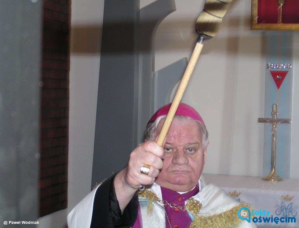 Cześć radnych chce pozbawienia biskupa seniora diecezji bielsko-żywieckiej Tadeusza Rakoczego tytułu honorowego Obywatela Miasta Oświęcimia.
