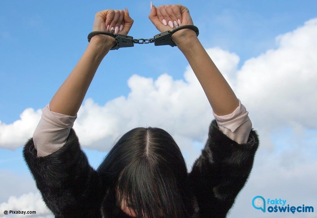 Na półtora roku trafiła do więzienia 33-letnia kobieta poszukiwana listem gończym. Zatrzymali ją dzielnicowi z Komisariatu Policji w Zatorze.