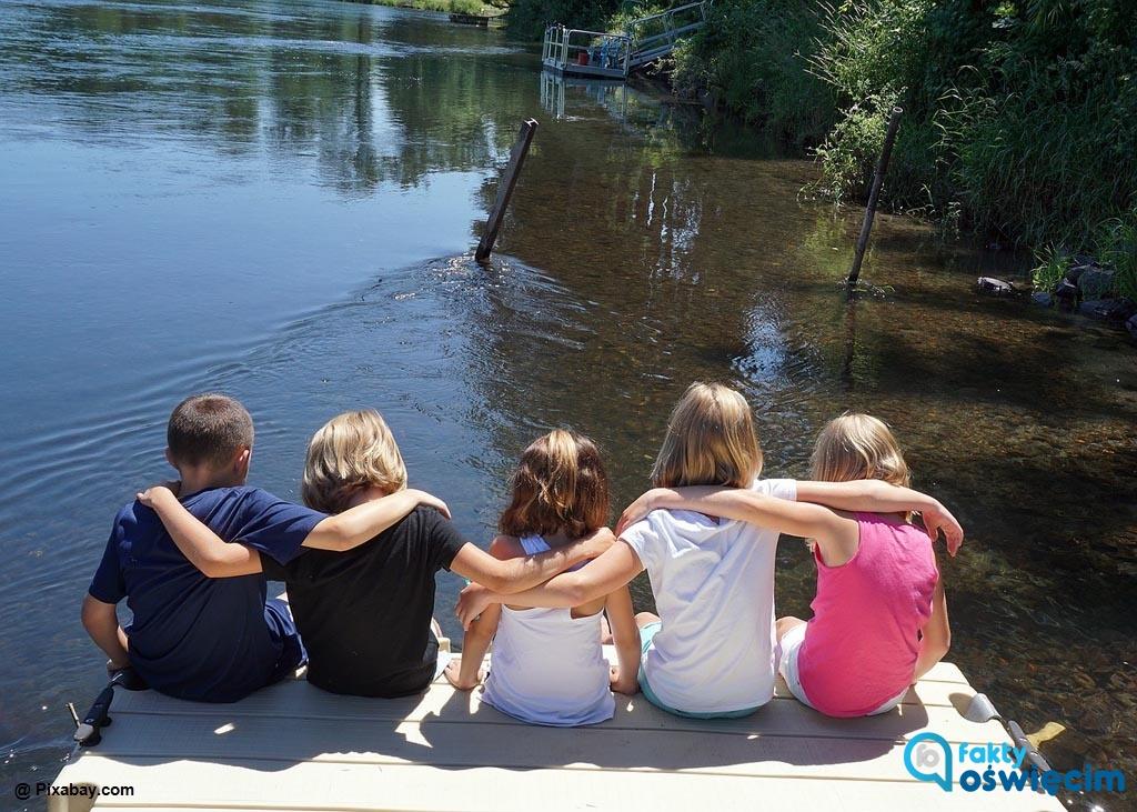 Sezon wakacyjny w pełni. Małopolska Organizacja Turystyczna instruuje, jak bezpiecznie wypoczywać nad wodą.