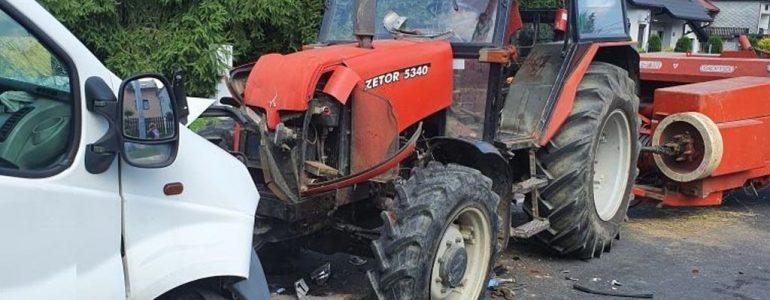 Dostawczak zderzył się czołowo z ciągnikiem rolniczym – FOTO
