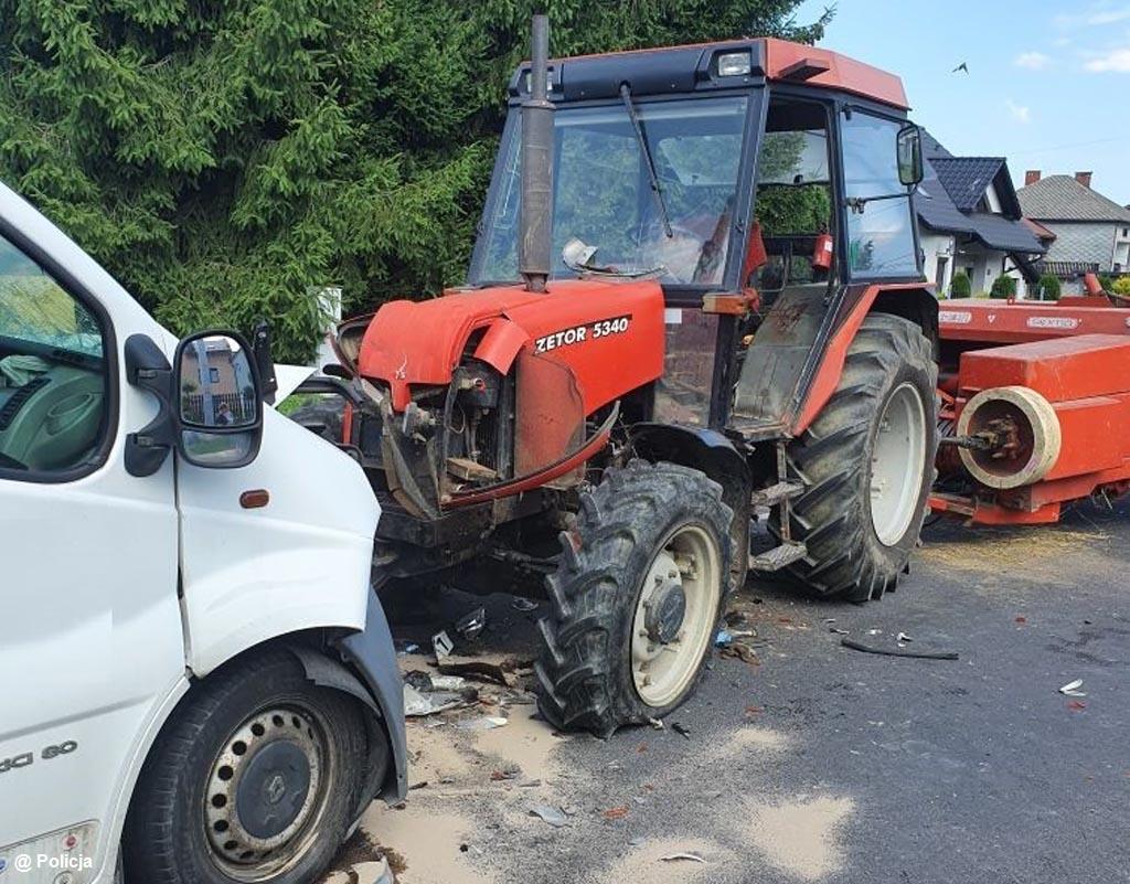 Dzisiaj w Osieku samochód dostawczy zderzył się czołowo z ciągnikiem rolniczym. Jeden z kierowców doznał urazu głowy.