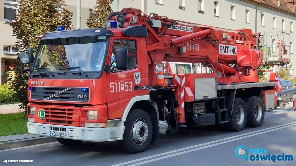 Cztery wozy strażackie, radiowóz i karetka pogotowia przyjechały dziś po południu przed blok przy ulicy Olszewskiego w Oświęcimiu.