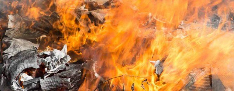 Młody mężczyzna spalał odpady na ognisku