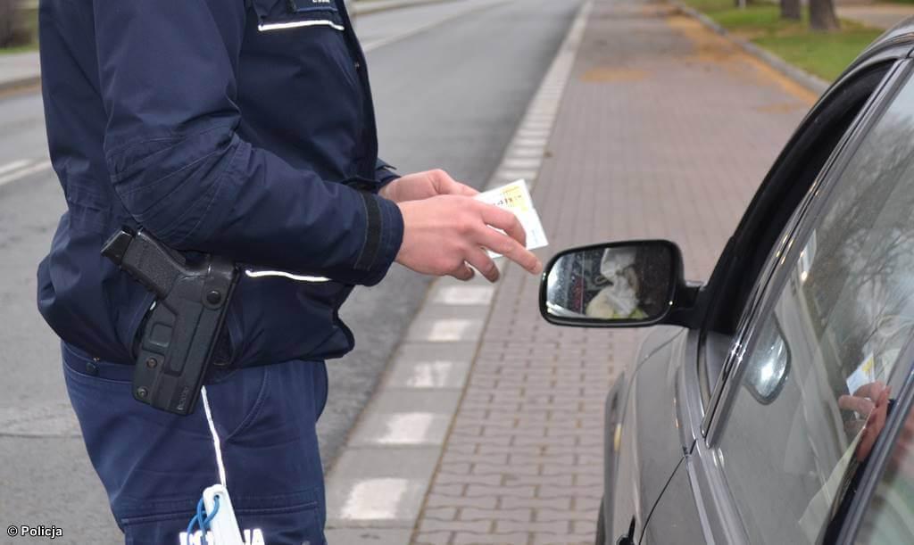 Policjanci wypatrzyli i zatrzymali drogowego przestępcę. 63-latek z gminy Brzeszcze ma orzeczony dożywotni sadowy zakaz prowadzenia pojazdów.