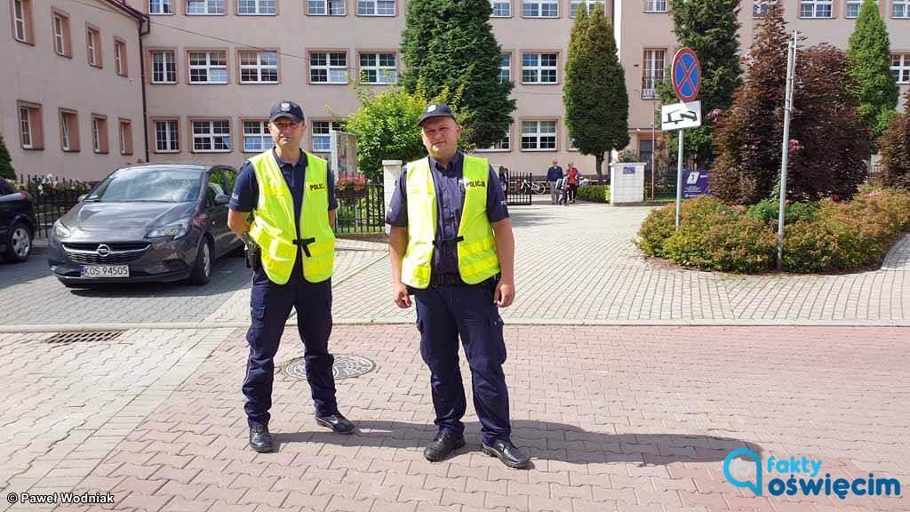 """Do końca września potrwa policyjna akcja """"Bezpieczna droga do szkoły"""". Policjanci uczą pierwszaków z podstawówek zasad bezpieczeństwa ruchu drogowego."""