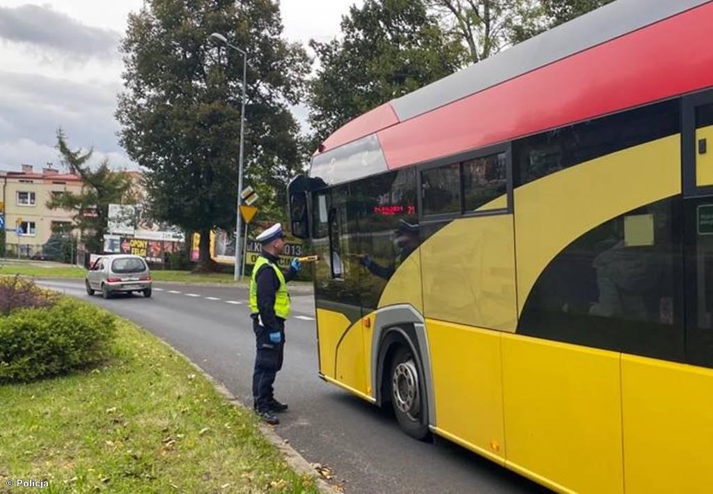 """Wczoraj w Babicach policjanci podczas akcji """"Bezpieczna droga do szkoły"""" zatrzymali pijanego kierowcę autobusu szkolnego. Miał 1,6 promila."""