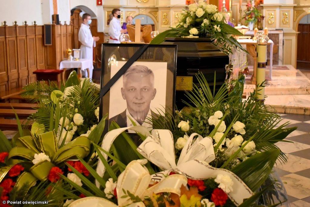Zmarły przed tygodniem Marcin Niedziela, starosta oświęcimski, spoczął wczoraj po uroczystościach pogrzebowych na cmentarzu w Kętach.